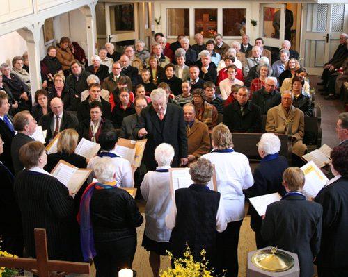Der Kirchenchor Goßfelden eröffnet den Gottesdienst