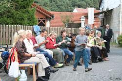 Vor dem Gemeindezentrum saßen viele Besucher beim Kaffeetinken.