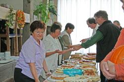 Reichhaltig war das Kuchenbuffet de Kirchenchores.