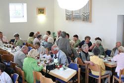 Nach Erntemarkt und Kirche konnten sich die Gemeindemitglieder in geselliger Runde austauschen.